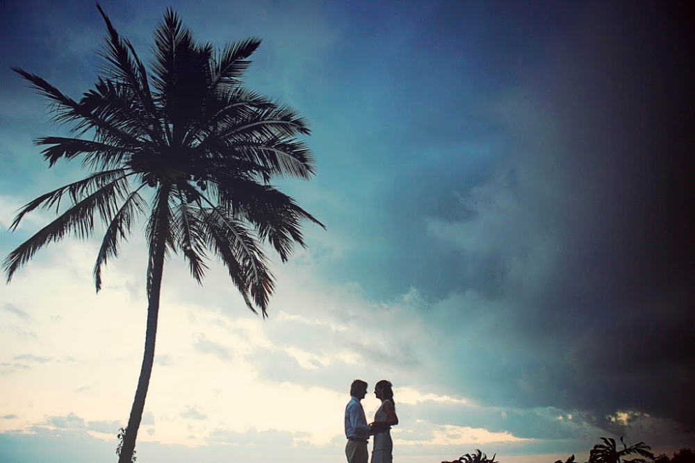 Couple kissing at sunset for their hawaii elopement