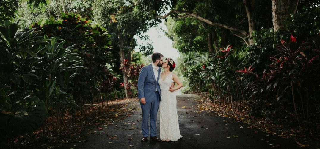 Couple kissing at Hawaii bed and breakfast for their hawaii elopement