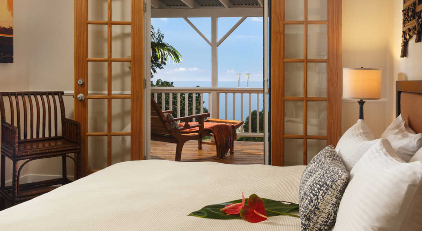 Romantic Room at Hawai'i bed and breakfast: bed, ocean view, perfect for Hawai'i Honeymoon