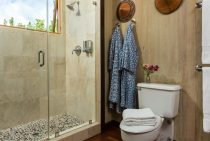 Bathroom in Gardenia Room