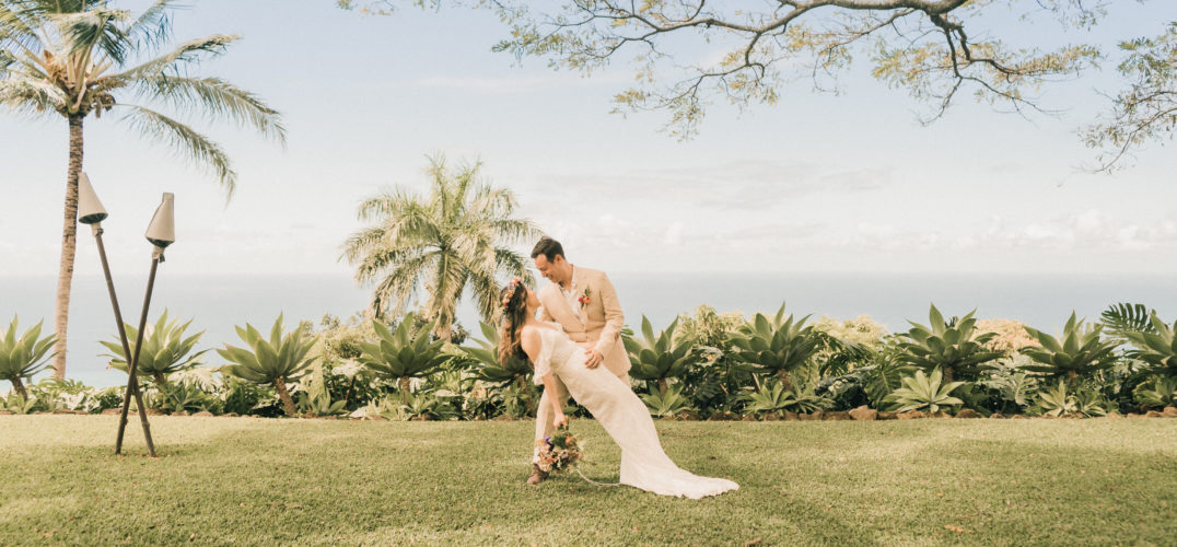 Couple traveling to elope in Hawaii ocean view